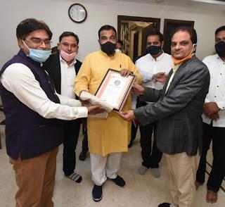 हिंदी अकादमी, मुंबई द्वारा केंद्रीय मंत्री नितिन गडकरी सम्मानित  | #NayaSaberaNetwork