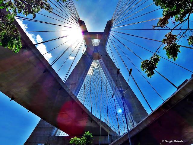 Vista em perspectiva da Ponte Octávio Frias de Oliveira - Ponte estaiada - São Paulo
