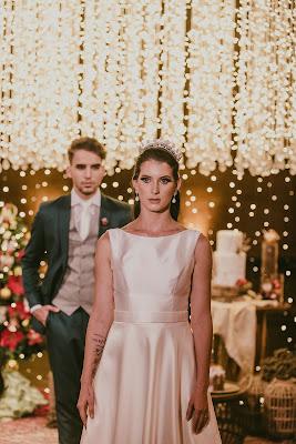 casamento, natal, editorial, noiva, noivo, decoração, mansão dos arcos, vestido de noiva, terno de noiva, terno verde, vestido minimalista, coroa de noiva, brinco de perola, mesa de bolo, cortina de led, lustre, buque de pinha, ceia