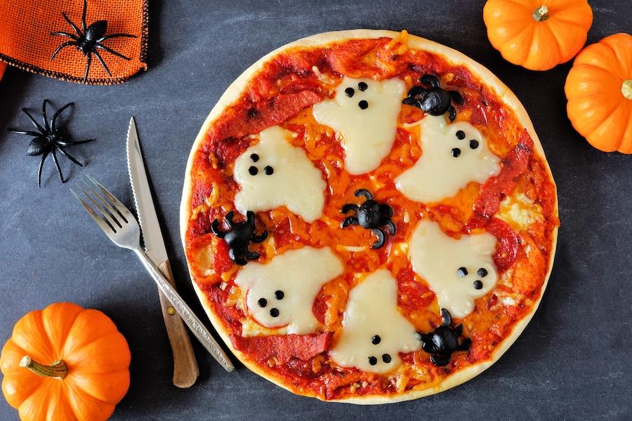 Pizza de halloween con fantasmas de queso