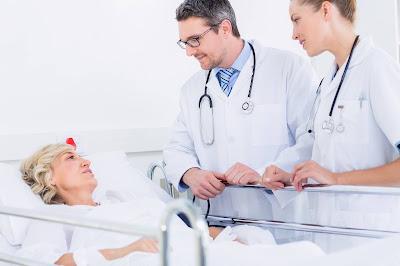 Doctores con paciente