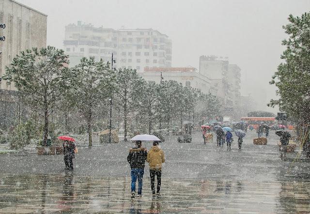 Neve in primavera a Tirana, le sorprese del clima