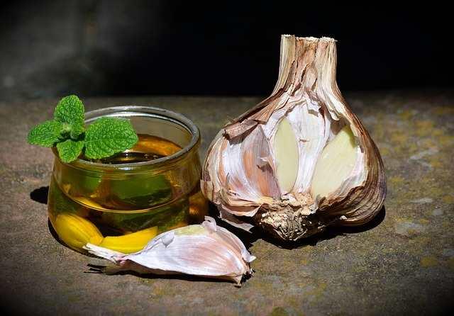 علاج حكة الأذن بزيت الزيتون والثوم
