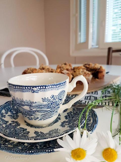 leivonta muffini amerikkaiset mustikka murumuffinssit englantilainen sinivalkoinen kahvikuppi tonquien by myott