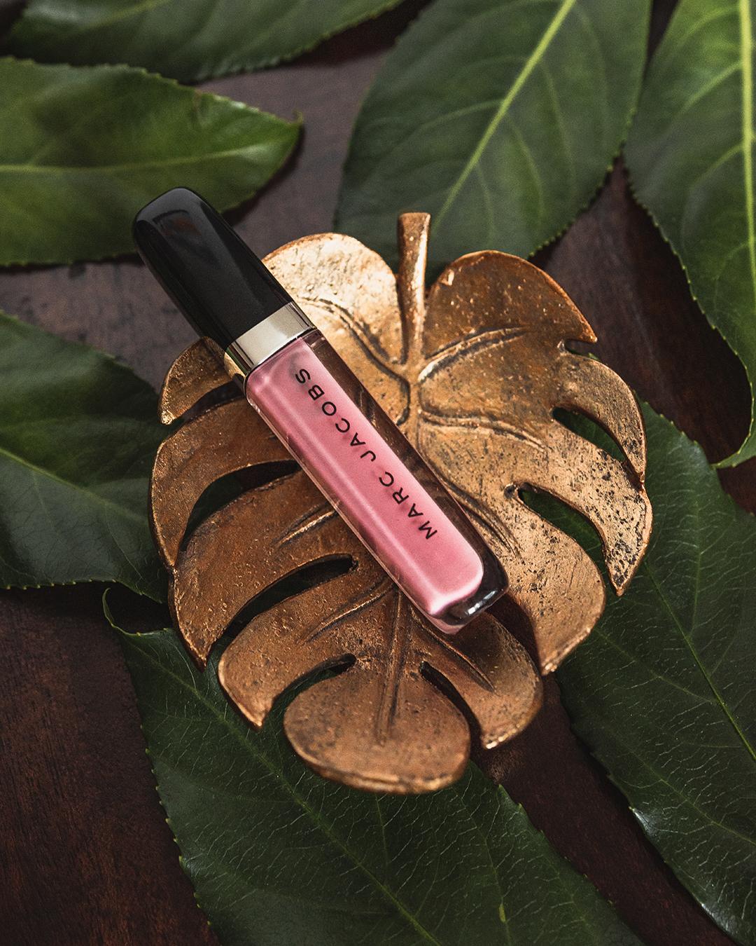 Ulubione kosmetyki do makijażu Marc Jacobs Enamored Hi-Shine Gloss Lip Lacquer w odcieniu Pink Flamingo