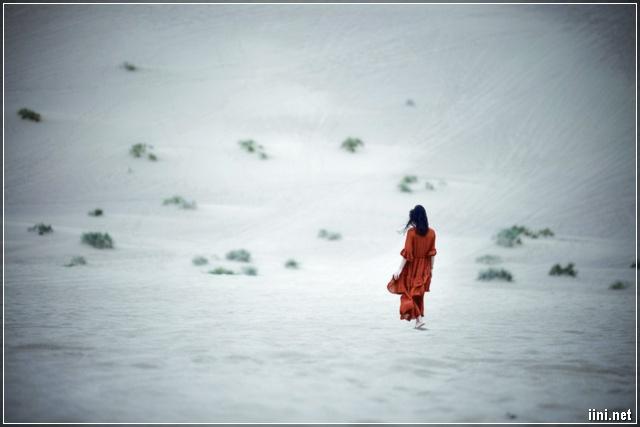 cô gái lang thang dưới tuyết trắng mùa đông