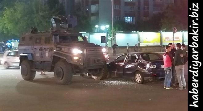 Diyarbakır'da Ofis Kavşağında polis aracı ile otomobil çarpıştı: 2 yaralı