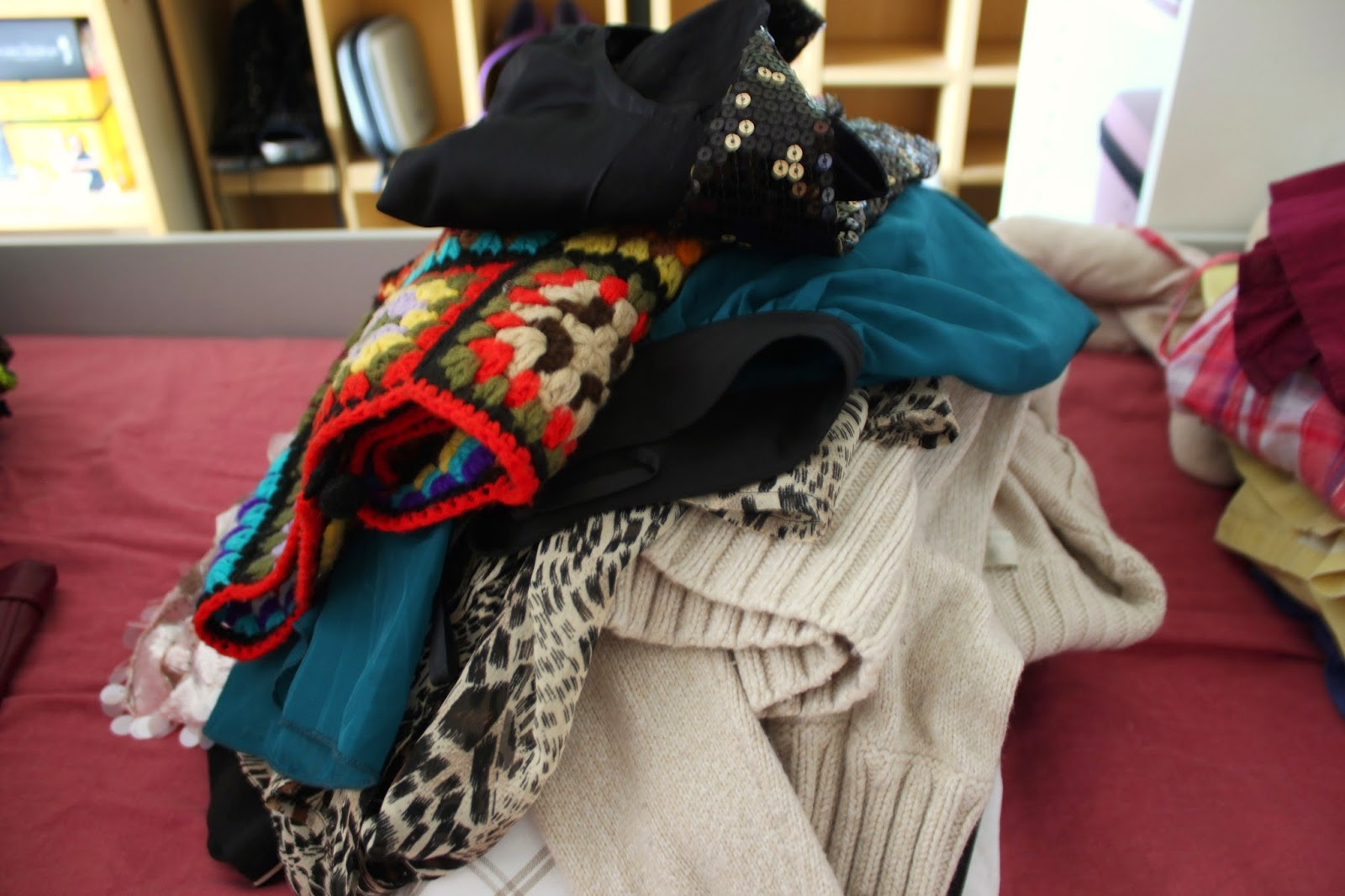 how-to-declutter-your-wardrobe-little-tips-clothes-pile
