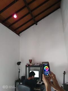 Nyobain lampu BARDI di studio kerjanya suami, mau tes warna warni