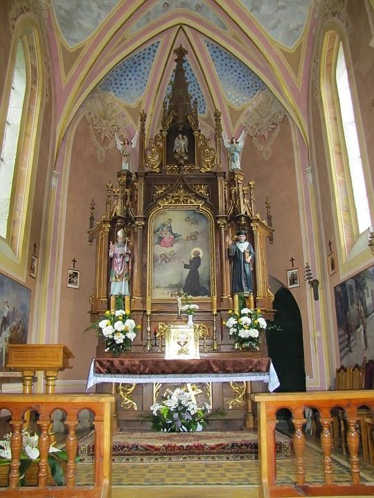 Neogotycka kaplica z 1908 roku na stokach wzniesienia Zaśpit. Ołtarz.