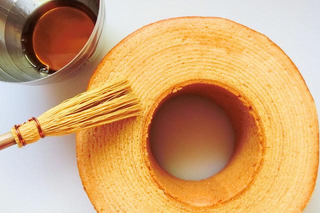 バームクーヘンの片面にラム酒をたっぷり、湿るくらい刷毛で塗ります。