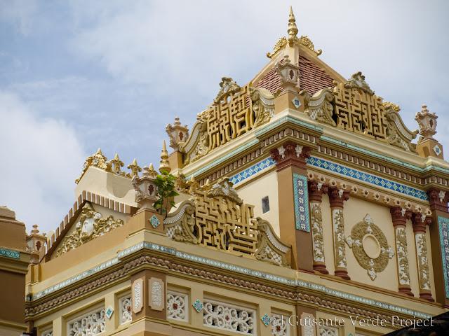 Edificio principal de Vinh Trang Pagoda por El Guisante Verde Project