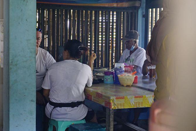 Pengunjung yang kuliner di Sate Sor Talok Bantul