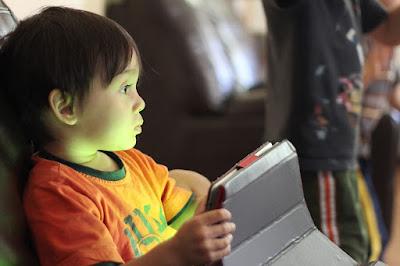 okostelefonok, beszédtanulás, gyermekkori fejlődés, okoskütyű, táblagép, beszédkészség