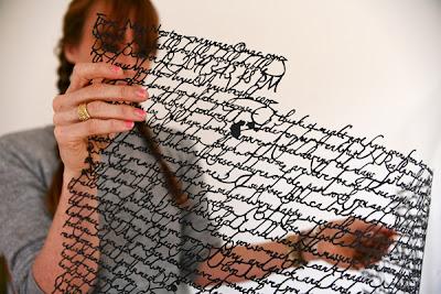 mujer sosteniendo un texto sin soporte de papel
