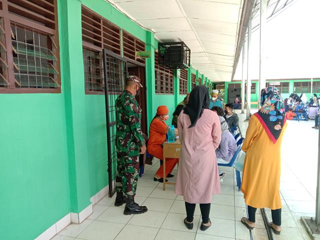 Disekolah MTS Tanjung Tongah, Personel Jajaran Kodim 0207/Simalungun Dampingi Pelaksanaan Vaksinasi