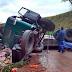 Caminhão carregado tomba e deixa três pessoas feridas em Santa Cruz das Palmeiras
