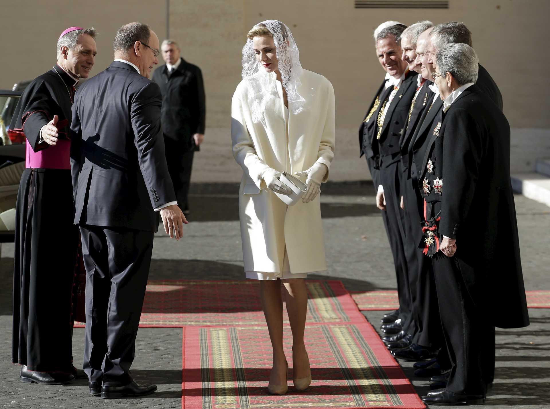 Princesa Charlene de Mônaco usando o véu na visita ao Papa