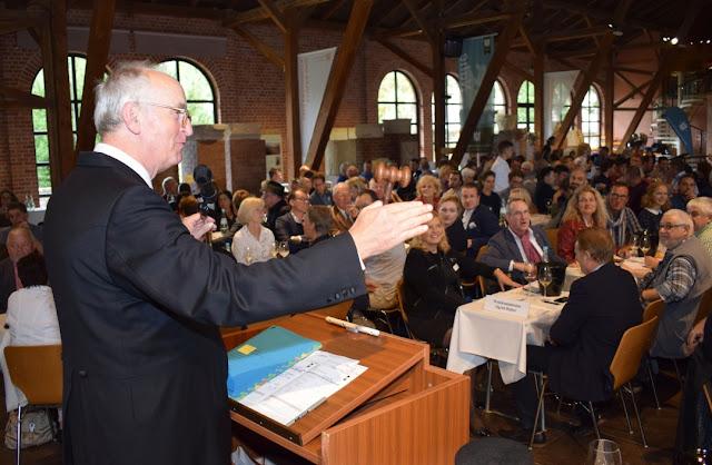 Auktionator Prinz Salm bei der VDP Weinversteigerung in der Römerhalle.