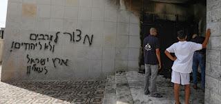 مستوطنون يحرقون أجزاء في مسجد، ويخطون شعارات عنصرية على جدرانه