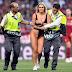 Mujer casi desnuda invade campo de juego en la final de la Champions League