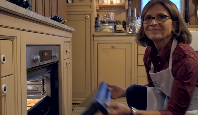 Így készíti Lévai Anikó az unokáival a mézeskalácsot, ami adományozóknak készül - Videó!