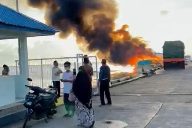 Kapal Terbakar di Pelabuhan Bajoe, 2 Orang Alami Luka Bakar