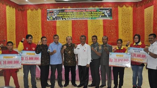 Pimpinan DPRD Padang Apresiasi Penyerahan Bonus Atlet