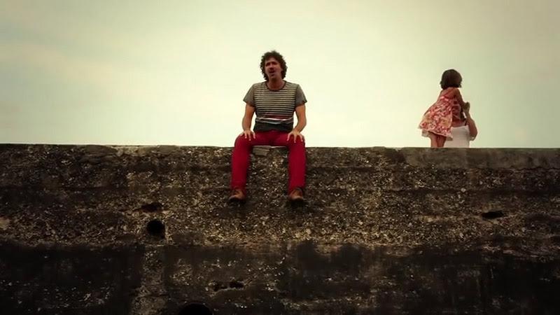 Roberto Carcassés - ¨Viene y va la felicidad¨ - Videoclip - Dirección: Andros Barroso. Portal Del Vídeo Clip Cubano - 04