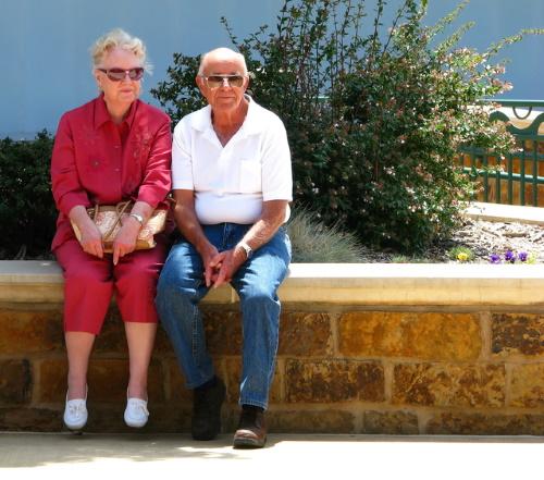 #PraCegoVer: Casal de idosos felizes.