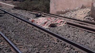 مشهد صادم, كمسري يلقي بطفلين من القطار,