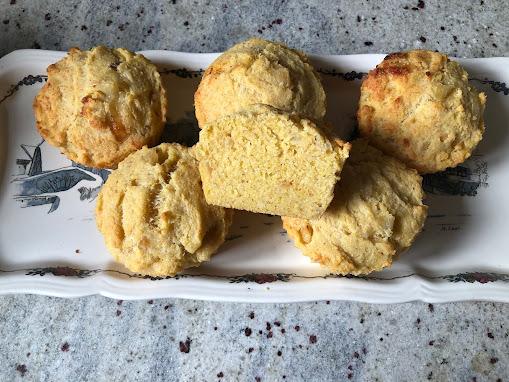Muffins à la polenta, au comté et aux oignons