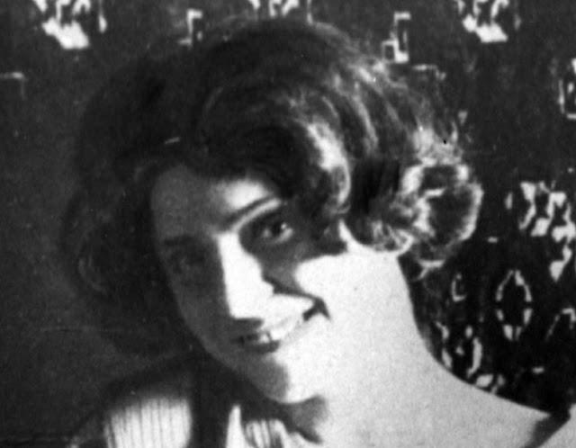 Η Γαλάτεια Καζαντζάκη ήταν Ελληνίδα ποιήτρια και συγγραφέας. Ήταν κόρη του λόγιου εκδότη Στυλιανού Αλεξίου. Το 1911 παντρεύτηκε τον συγγραφέα Νίκο Καζαντζάκη