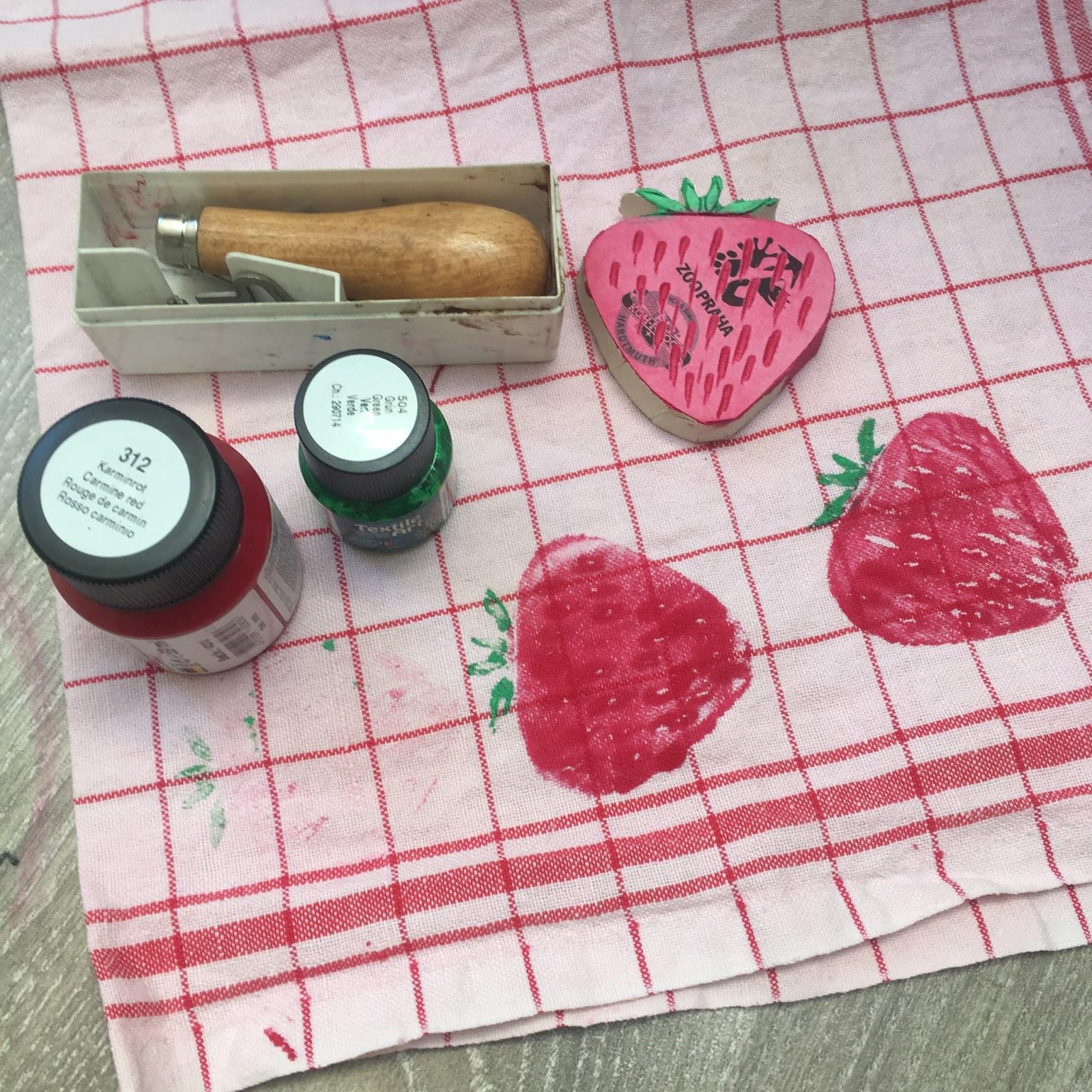 razítko na textil ve tvaru jahody DIY výroba razítka jahoda linoryt