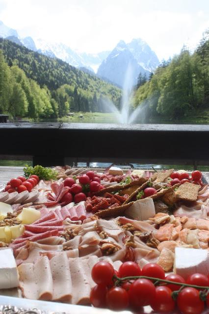 Deftige Fingerfood-Brotzeit zum Hochzeitsempfang auf der Seeterrasse am Riessersee - Hochzeit in Bayern