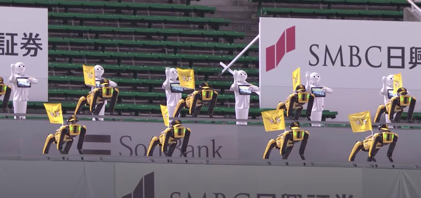 Guarda questi robot esibirsi in coreografie sugli spalti vuoti in una partita di baseball