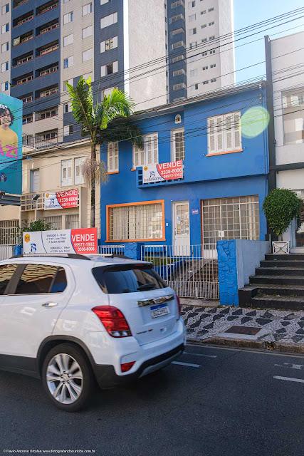 Um sobrado na Avenida João Gualberto, com capelinha na fachada