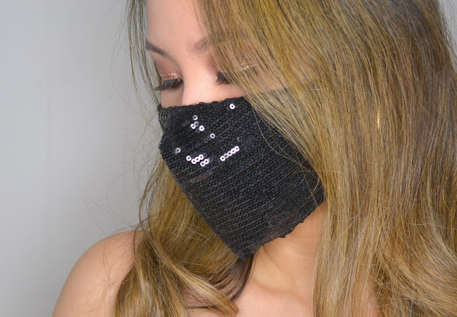selfie wearing evora cotton face mask in black
