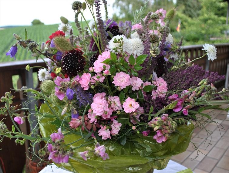 Blumen für einen Bauerngartenstrauß