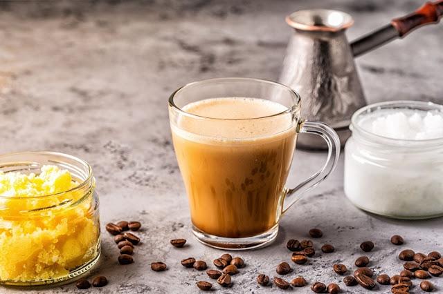 شرب زيت جوز الهند والقهوة