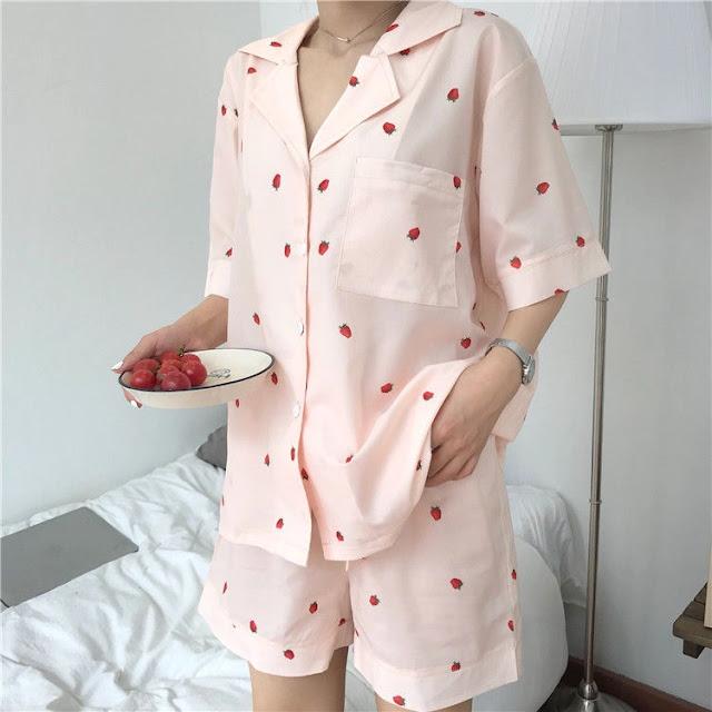 Les vêtements et accessoires aux motifs de fraises sont ultra mignons et super tendance !