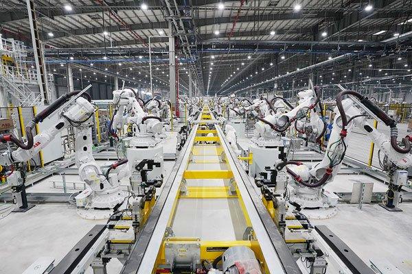 Những người máy robot phun sơn tự động trong ngành ô tô