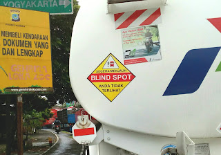 stiker blind spot pada truk