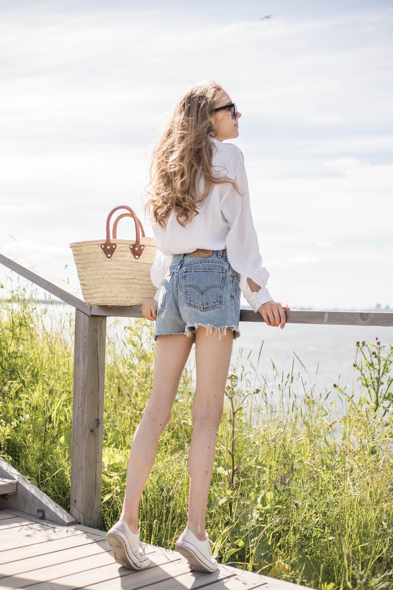 Ajaton keästyyli: valkoinen paita ja vintage Levi's farkkushortsit // Timelss summer fashion: white shirt and vintage Levi's denim shorts