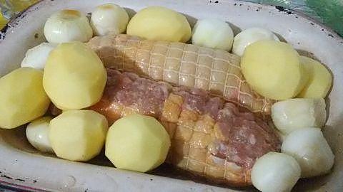 Preparación de los muslos de pollo rellenos asados al vino blanco