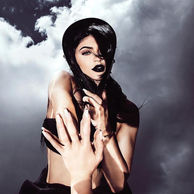 No final do mês de maio Kylie Jenner havia anunciado uma nova cor de batom chamado de Majesty, que é um preto metalizado.