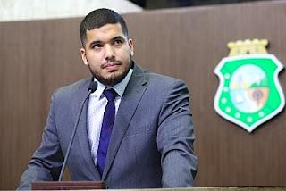 Veja o vídeo - Deputado André Fernandes vai parar em delegacia por estar sem máscara em praia de Pernambuco