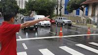 Pedestre sinalizando para passar na faixa