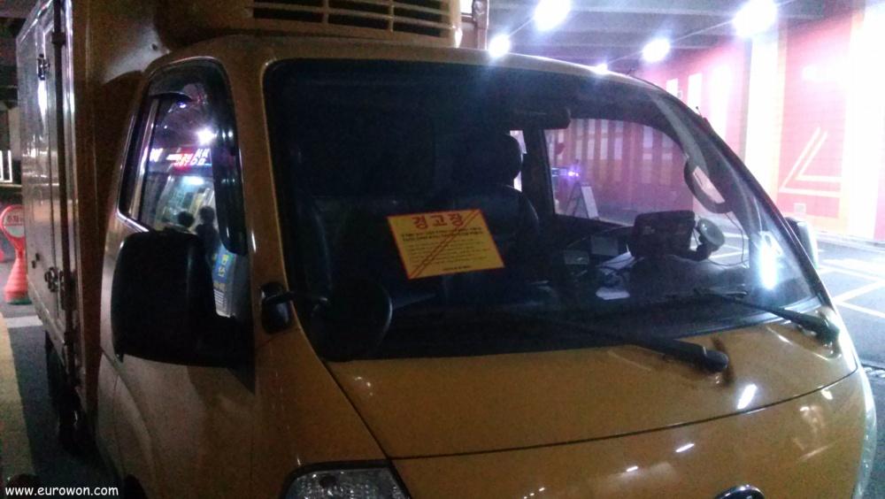 Pegatina por aparcar en zona prohibida pegada en el parabrisas
