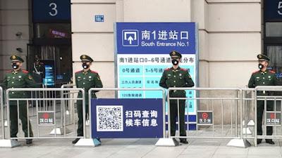Petugas China Menjaga Pintu Perjalanan